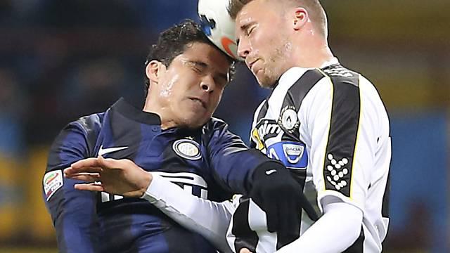 Der Schweizer Verteidiger Silvan Widmer (r.) gegen Inters Hernanes