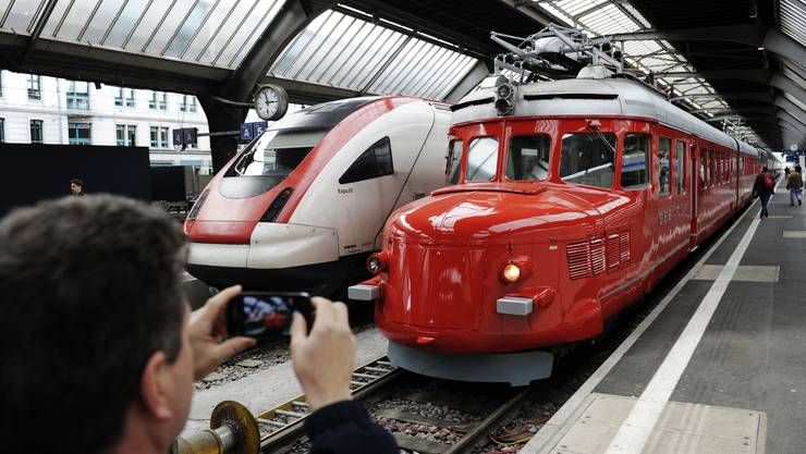 Heute sind sie wieder im Hauptbahnhof Zürich zu besichtigen: Neue und alte Lokomotiven wie der rote Doppelpfeil «Churchill». Die Lokführer-Rekrutierung gestalte sich heute schwierig, heisst es bei der Gewerkschaft SEV.