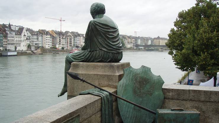 Die Statue «Helvetia auf der Reise» von Bettina Eichin blickt nachdenklich von der Mittleren Brücke herab.