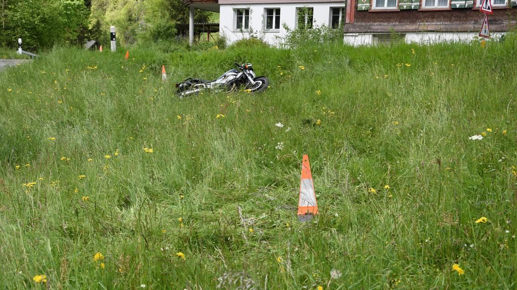 Das Motorrad wurde beim Unfall samt Fahrer in dieses Wiesenstück geschleudert.