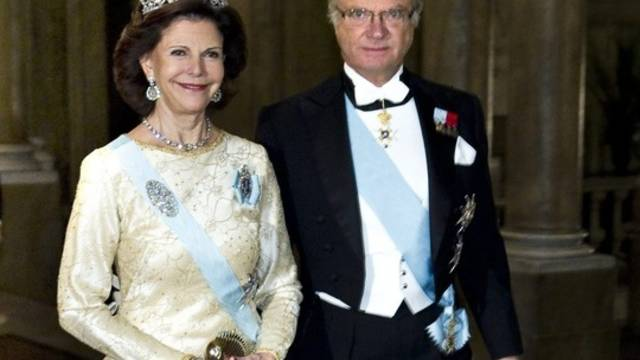 König Carl Gustav schreitet mit Ehefrau Silvia zum Dinner anlässlich der Nobelpreis-Verleihung (Archiv)