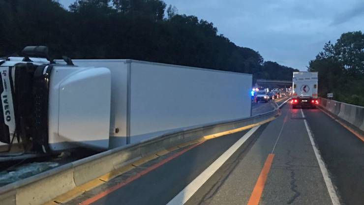 Am frühen Morgen zur Seite gekippt: Der Chauffeur dieses Lastwagens verletzte sich auf der A2 bei Knutwil.