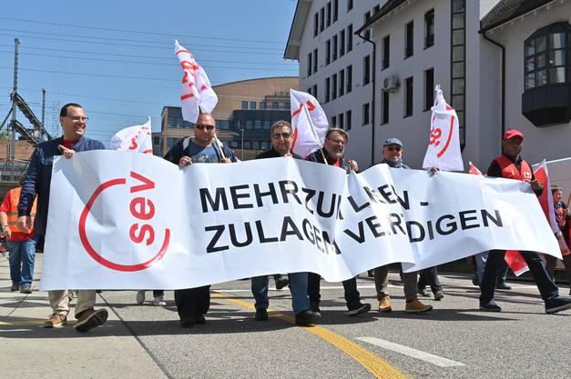 Gegen 250 Leute liefen unter dem Motto «Mehr zum Leben» vom Bifangplatz zur Schützi.
