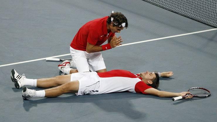 Nach dem Gewinn der Goldmedaille in Peking 2008: Federer wärmt sich an Stans Feuer.