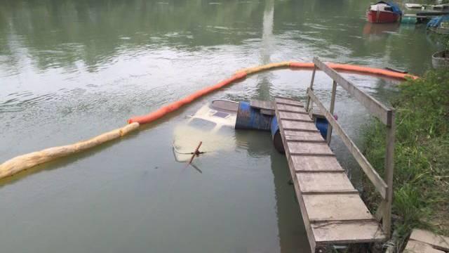 Um das versunkene Boot wurde eine schwimmende Ölsperre errichtet