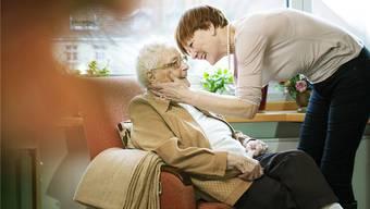 Besonders belastet sind Angehörige demenzkranker Menschen wie diese Frau, die ihre Mutter besucht.Imago Images