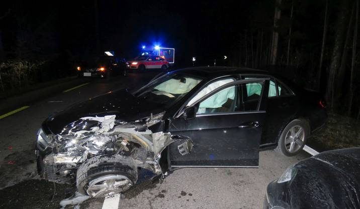 Bad Zurzach AG, 18. Januar: Ein 19-jähriger Mercedes-Lenker mit Führerausweis auf Probe hat am Freitagabend auf dem Zurziberg zwischen Bad Zurzach und Tegerfelden eine Frontalkollision verursacht. Drei Personen wurden leicht verletzt. Der Junglenker war am Steuer eingenickt. Der Führerausweise wurde ihm abgenommen.