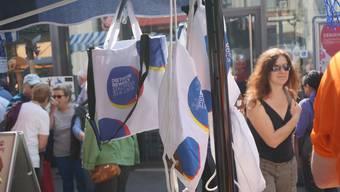 «Dietikon bewegt» lautet das Motto des Stadtfestes. Auf Festbändeln und anderen Artikel wird schon fleissig für den Grossanlass geworben.
