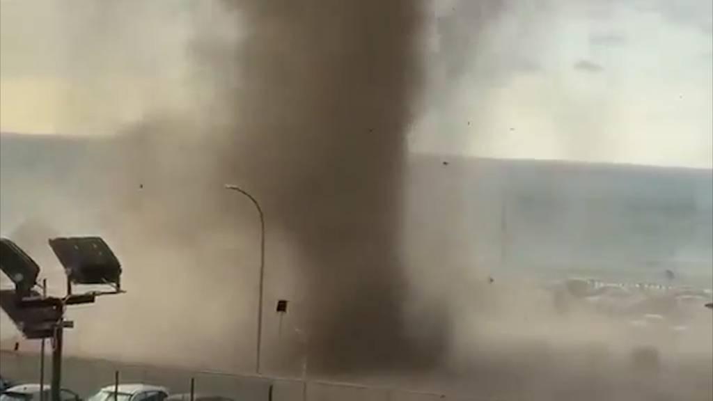 Urlauber flüchten vor Tornado in Sizilien