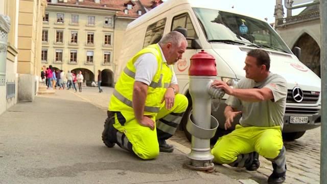 EWB-CEO montiert Hydranten