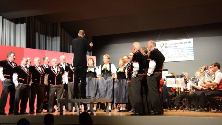 Jodlerklub und Musikgesellschaft Bettlach beim gemeinsamen Auftritt. khg