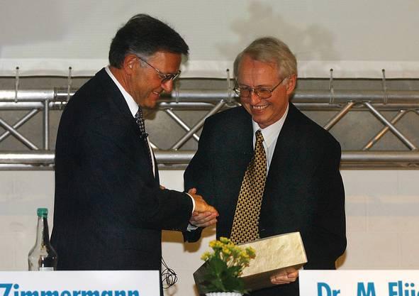 2002 verabschiedet VR-Präsident Flückiger Regiobank-Direktor.