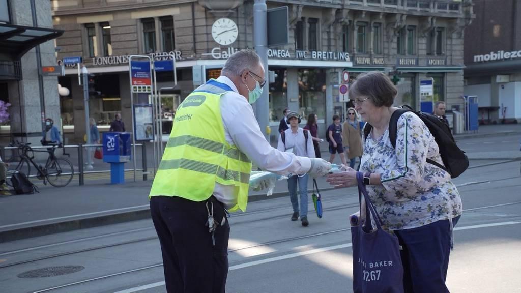 VBZ verteilen 50'000 Hygienemasken an ihre Fahrgäste
