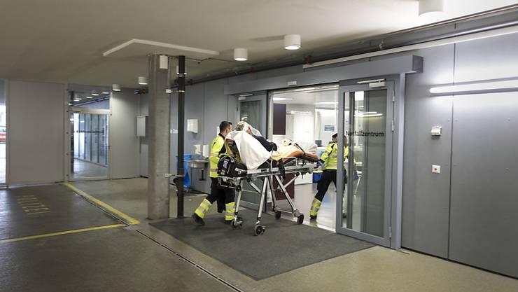 Die Berner Insel-Spitalgruppe hat gegen die Meldepflicht bei fehlerhaften Medizinprodukten verstossen. Sie ist dafür von der Aufsichtsbehörde Swissmedic gebüsst worden. (Archivbild)