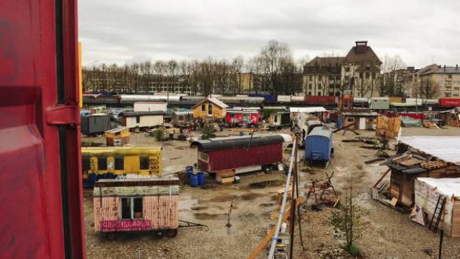 Der Wagenplatz ist durch die Hafenbahn vom Quartier getrennt – und soll einer Grünfläche weichen. Foto: Martin Töngi