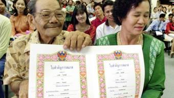 Goldige Hochzeitsurkunde: Ein 81-jähriger Bräutigam und seine 58-jährige Frau liessen sich in Bangkok am Valentinstag trauen. (Archivbild)