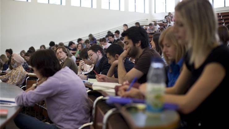 Die Hürde Latein wird für Studierende der Universität Basel aus dem Weg geräumt – die Universität Zürich sieht keine Veranlassung dazu. Keystone