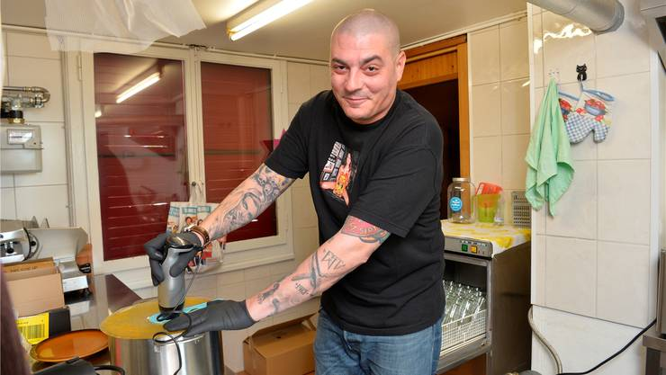 In der Küche des Fussballclubs ItalGrenchen bereitet Jean-Paul Peronace seine Chilisauce zu.