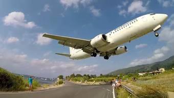 Die Flugzeugfans bleiben auf Skiathos am liebsten gleich am Flughafen ...