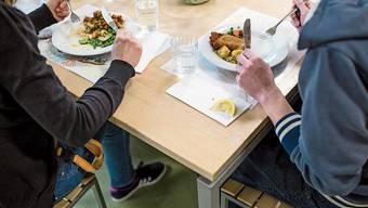 Der Elternverein ist auch für den Mittagstisch zuständig. (Symbolbild)