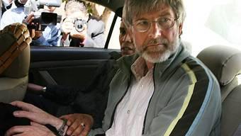 Hier ist Max Göldi auf dem Weg ins Gefängnis. Auch wenn er nach x Tagen hinter Gittern endlich freikommt, braucht er wieder Dokumente für die Ausreise. Dann ist er abermals auf die Gnade der Libyer angewiesen.