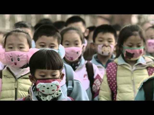 «Smog Journeys»: Ein Kurzfilm des Greenpeace-Filmers Jia Zhangke aus Nordost-ChinaMehr als 90 Prozent der 190 Städte in China, die ihre Luftwerte melden, überschreiten Chinas eigene Grenzwerte für die Feinstaubbelastung. Die Umweltorganisation Greenpe