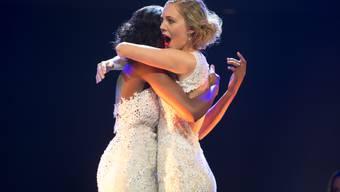 Die neu gekürte Miss Earth Corinne Schädler (rechts) mit der Zweitplatzierten Gaby Fondja