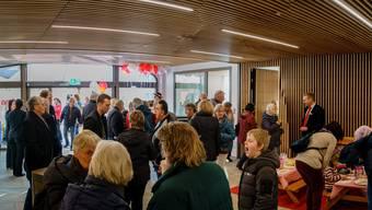Die Besucher erkunden die modernisierte Bank.