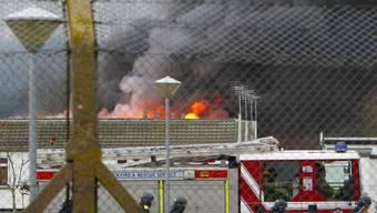 Feuerwehr kämpft gegen Flammen im Gefängnis
