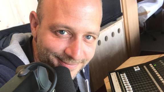 FCA-Speaker Remo Bachmann lancierte den «Sweet Caroline»-Song im Brügglifeld.