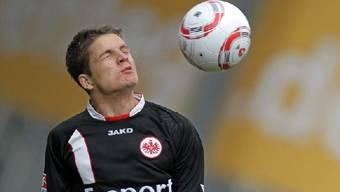 Pirmin Schwegler hält weiterhin für Frankfurt seinen Kopf hin.