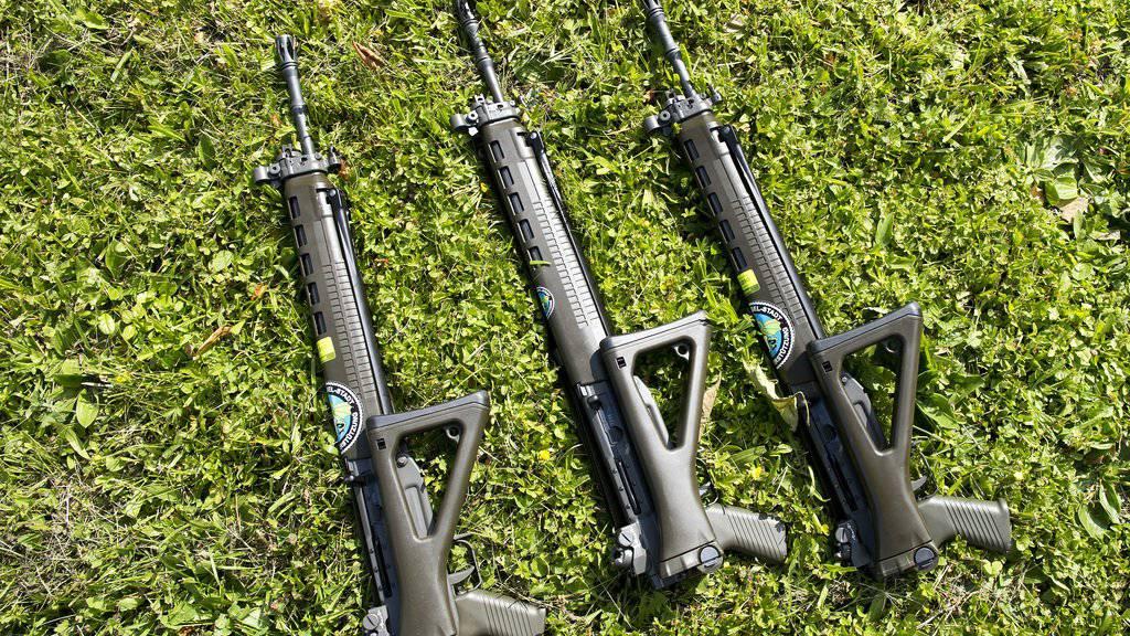 Der Bundesrat soll sich bei der EU für die Anliegen der Sportschützen einsetzen. Das verlangt der Nationalrat. Im Bild drei Sturmgewehre, wie sie in Schützenvereinen benutzt werden.