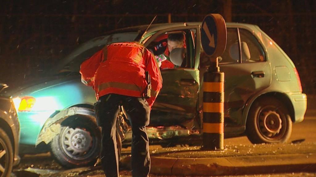 Der 26-jährige Autofahrer blieb unverletzt. (© Beat Kälin)