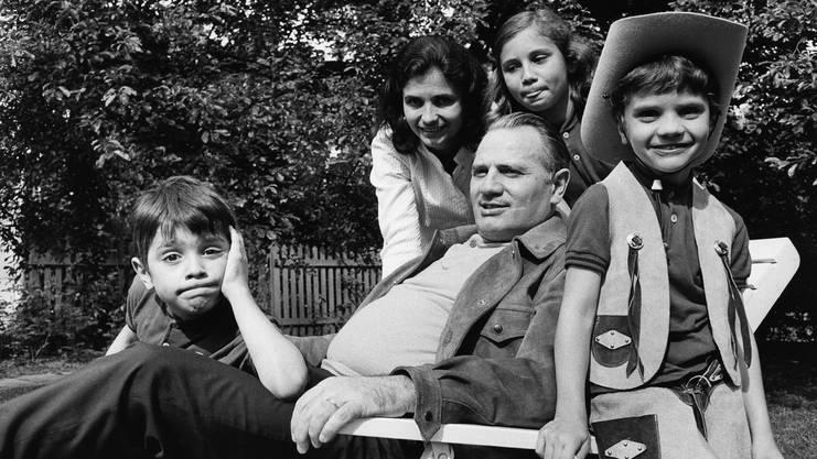 Aus dem Archiv: Der junge Michael Haefliger (ganz links) im Kreise seiner Familie, in der Mitte Vater Ernst Haefliger (1919– 2007), der Opernsänger war.