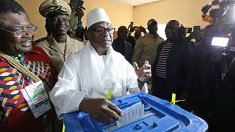 Bei der Präsidentschaftswahl in Mali treffen Amtsinhaber Ibrahim Boubacar Keita (Bildmitte) und Oppositionschef Soumaila Cissé in einer Stichwahl aufeinander.