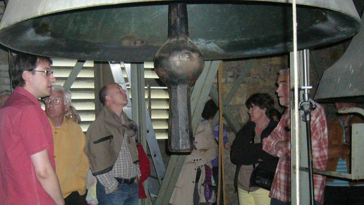 Joël Eschmann (links) gibt im Glockenstuhl Auskunft über das Funktionieren der Glocken.