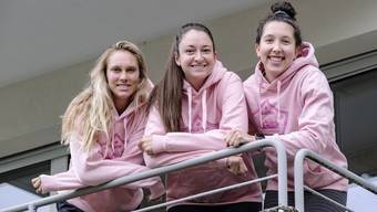Kelli Bates, Madison Duello und Katie Oleksak (v.l.n.r.) posieren auf ihrem Quarantäne-Balkon.