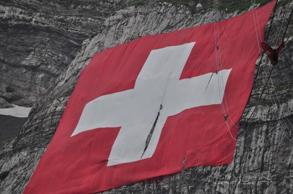 Arbeiter versuchten im Sommer die Fahne notdürftig zu flicken. (© pd)