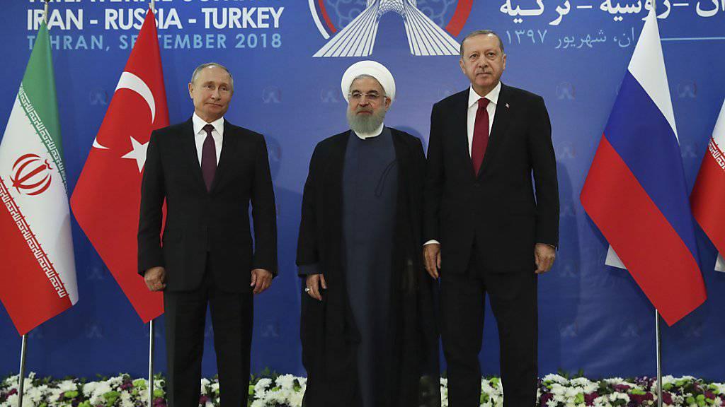 Russlands Staatschef Wladimir Putin, der iranische  Präsident Hassan Ruhani und der türkische Präsident Recep Tayyip Erdogan beraten derzeit über die Situation in der syrischen Rebellenhochburg Idlib.