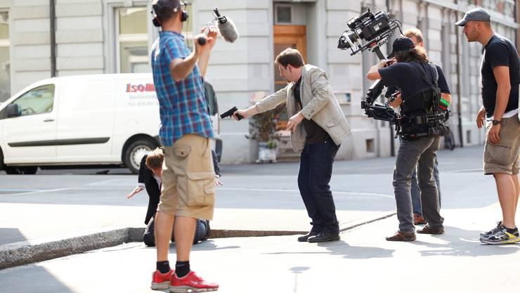 Räuber und Polizist: Die Bruderholzstrasse ist Schauplatz einer actionreichen Verfolgungs-Szene im neuen «Hunkeler»-Film.
