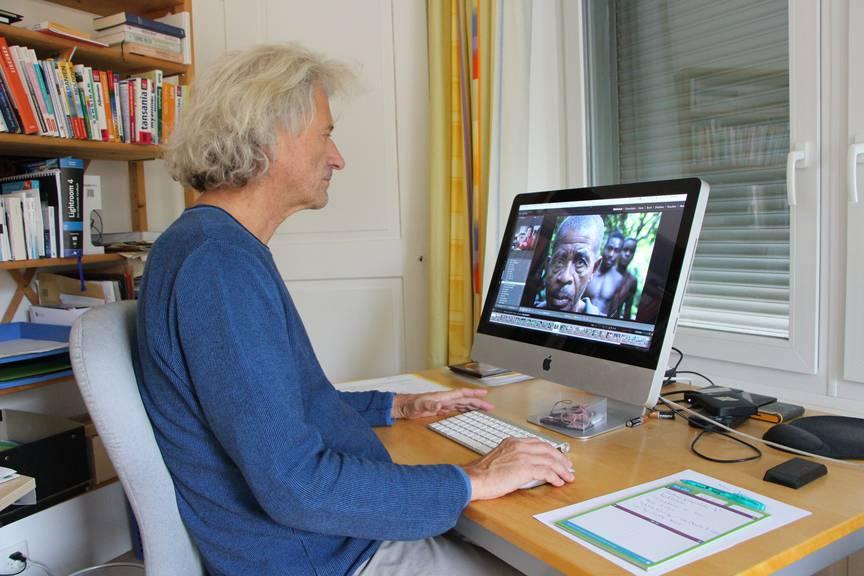 Im Homeoffice in St.Gallen-Bruggen bearbeitet Peter Käser seine Aufnahmen aus Zentralafrika. (Bild: FM1Today/Laurien Gschwend)