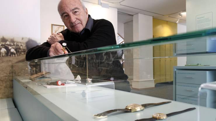 Marcel Schenker mit der Stilo-Uhr seines Vaters.