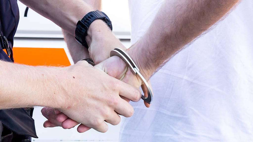 Die St. Galler Kantonspolizei nahm in Buchs einen 21-jährigen Rumänen fest, der vor Geschäften mit einem gefälschten Formular Spenden erschleichen wollte (Symbolbild).