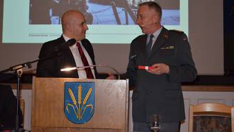 SVP-Bezirkspräsident Dominik Riner (links) dankt Korpskommandant André Blattmann für dessen Besuch.