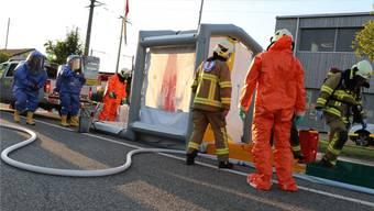 Die Dekontaminationsstrasse, die neueste Anschaffung der DSM-Betriebsfeuerwehr, wurde bei der Übung eingesetzt. pro