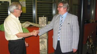 Geschäftsleiter Jean-Paul Schnegg überreicht dem scheidenden Präsidenten Alois Leuthard eine kunstvolle Stele als Abschiedsgeschenk.
