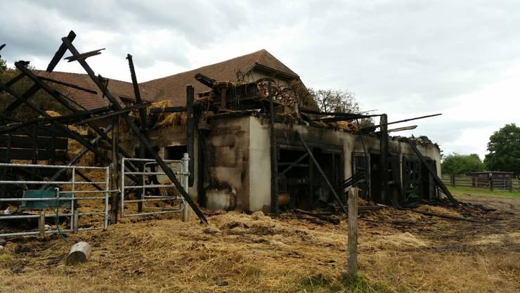 Der abgebrannte Wagenschopf in Hüniken. Bis zum Bauernhaus sind es nur rund 15 Meter.