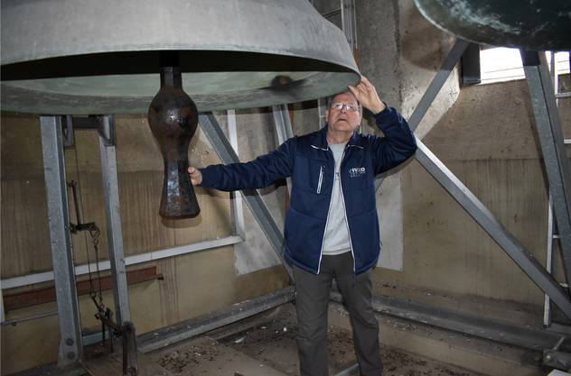 Paul Schreiber im Glockenturm der Wegenstetter Kirche: Den Glocken hier gilt seine grosse Leidenschaft.