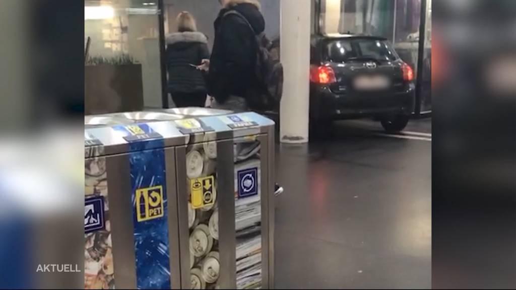 Auto kurvt durch Aarauer Bahnhofsunterführung