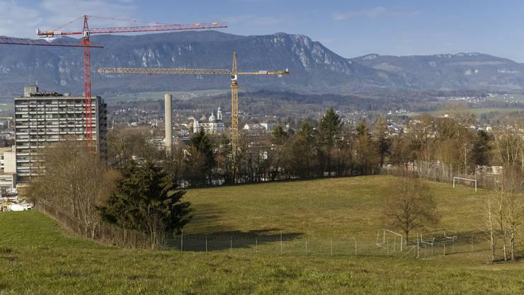 Biberister Boden: Blick vom «Gisihübeli» aus auf den Bauplatz für die 130 Wohnungen.